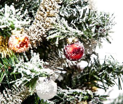 украшение елки снегом