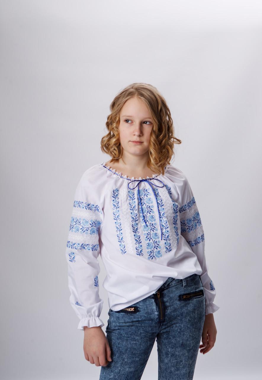 Вышитая блуза для девочки с голубым орнаментом  140 р.