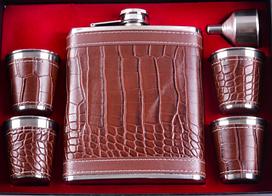 Подарочный набор коричневый фляга на 530 мл, 4 стопки, лейка