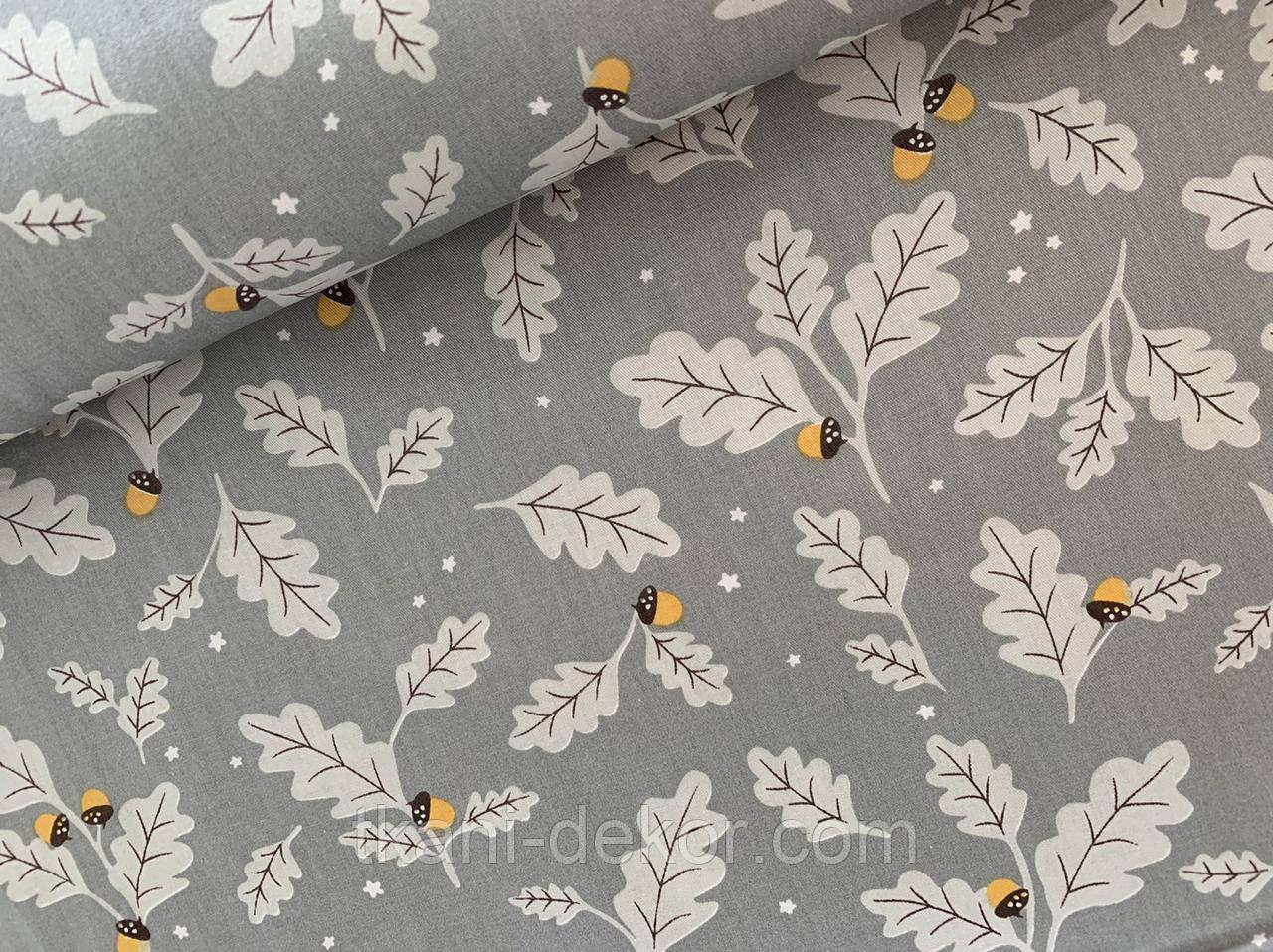 Сатин (бавовняна тканина) дубове листя з жолудями на сірому