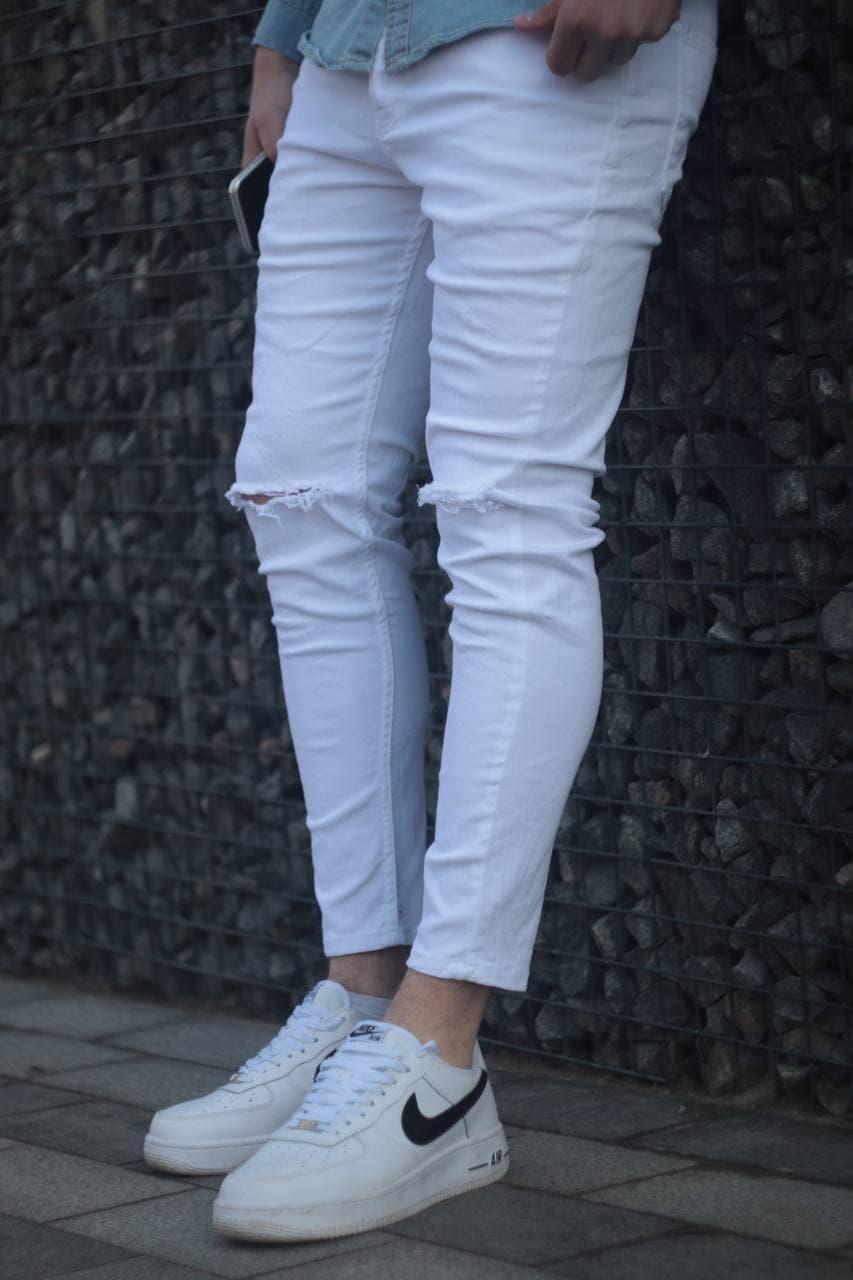 Чоловічі завужені джинси білого кольору рвані