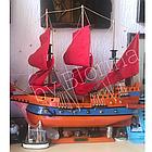Дерев'яний корабель-вітрильник з червоними вітрилами