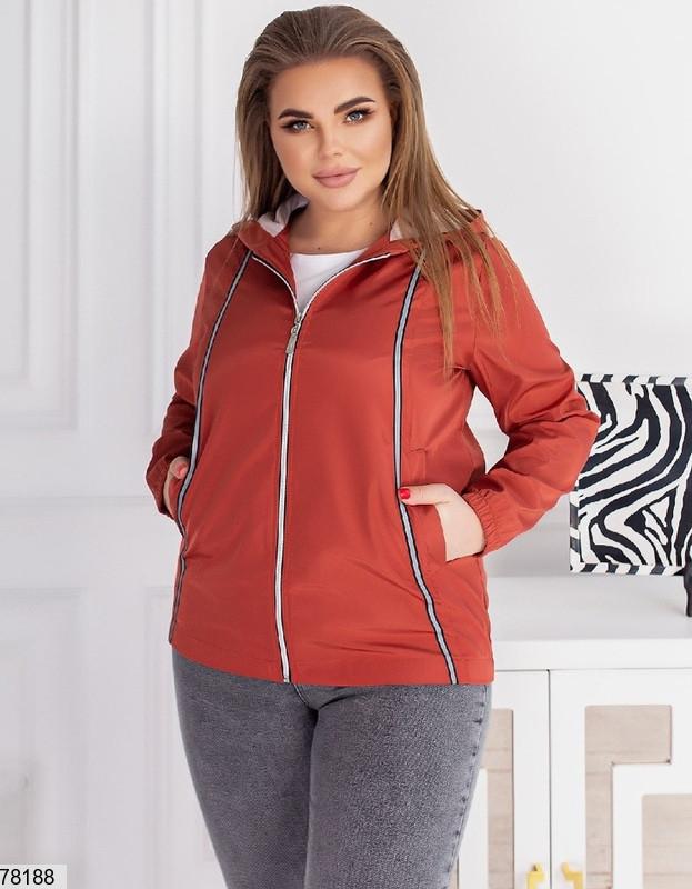 Коротка жіноча куртка з капюшоном і кишенями, застібається на блискавку з 48 по 62 розмір