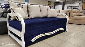 Современный диван с деревянными боками, патинированными золотом. С высоким изголовьем и большим местом для сна