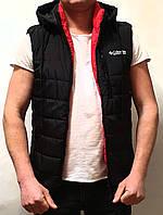 Безрукавка мужская демисезонная стильная с капюшоном черная с красными вставками