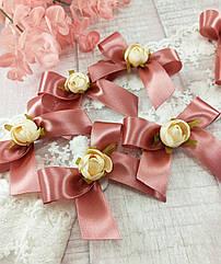 Бутоньерки-бантики для гостей в цвете темная пудра