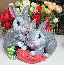 "Фигура декоративная ""Зайки с морковкой"" 23*21см."