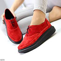 Яскраві червоні замшеві туфлі крипперы з натуральної замші