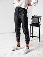 Жіночі модні штани-джоггеры з еко-шкіри на манжетах