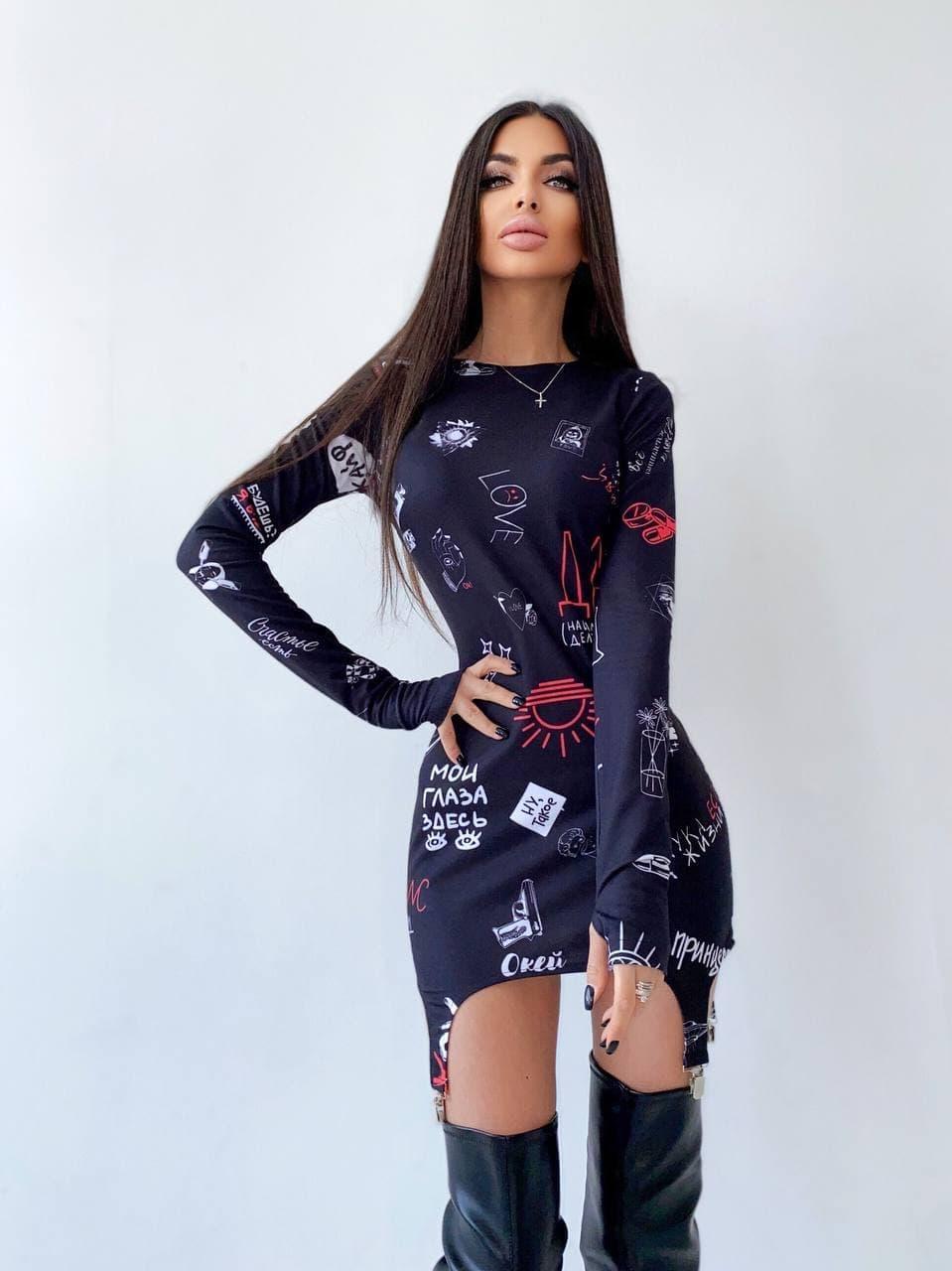 Платье мини с крутым принтом и металлическими застежками