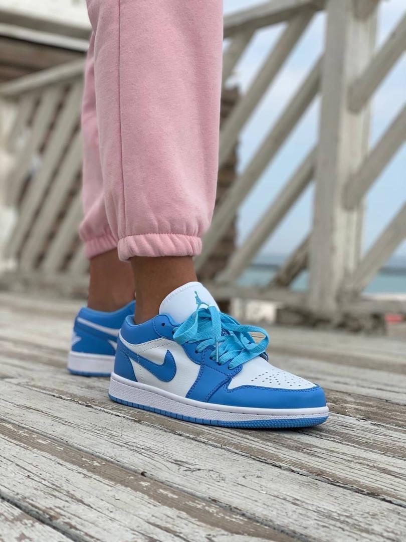 Женские кроссовки Air Jordan 1 Low голубые с белым