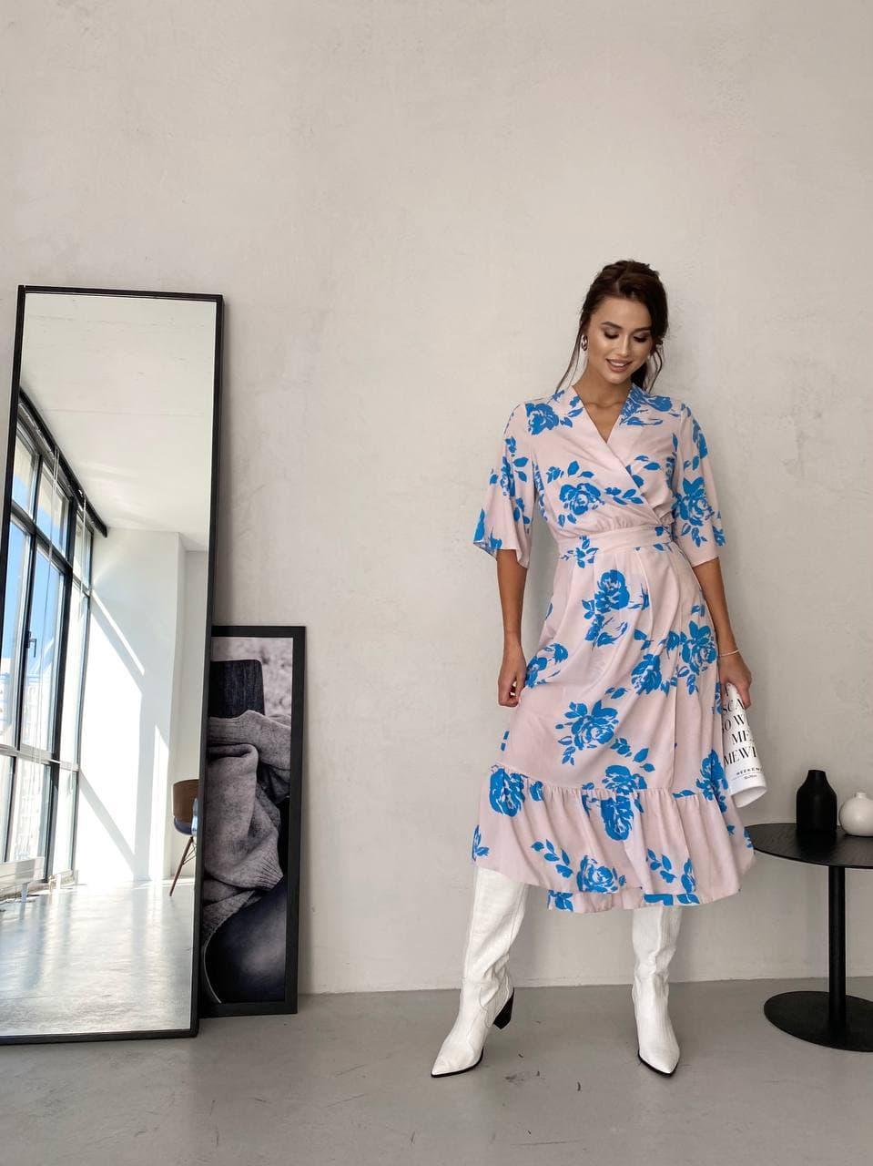 Сукня на запах пудра в сині квіти