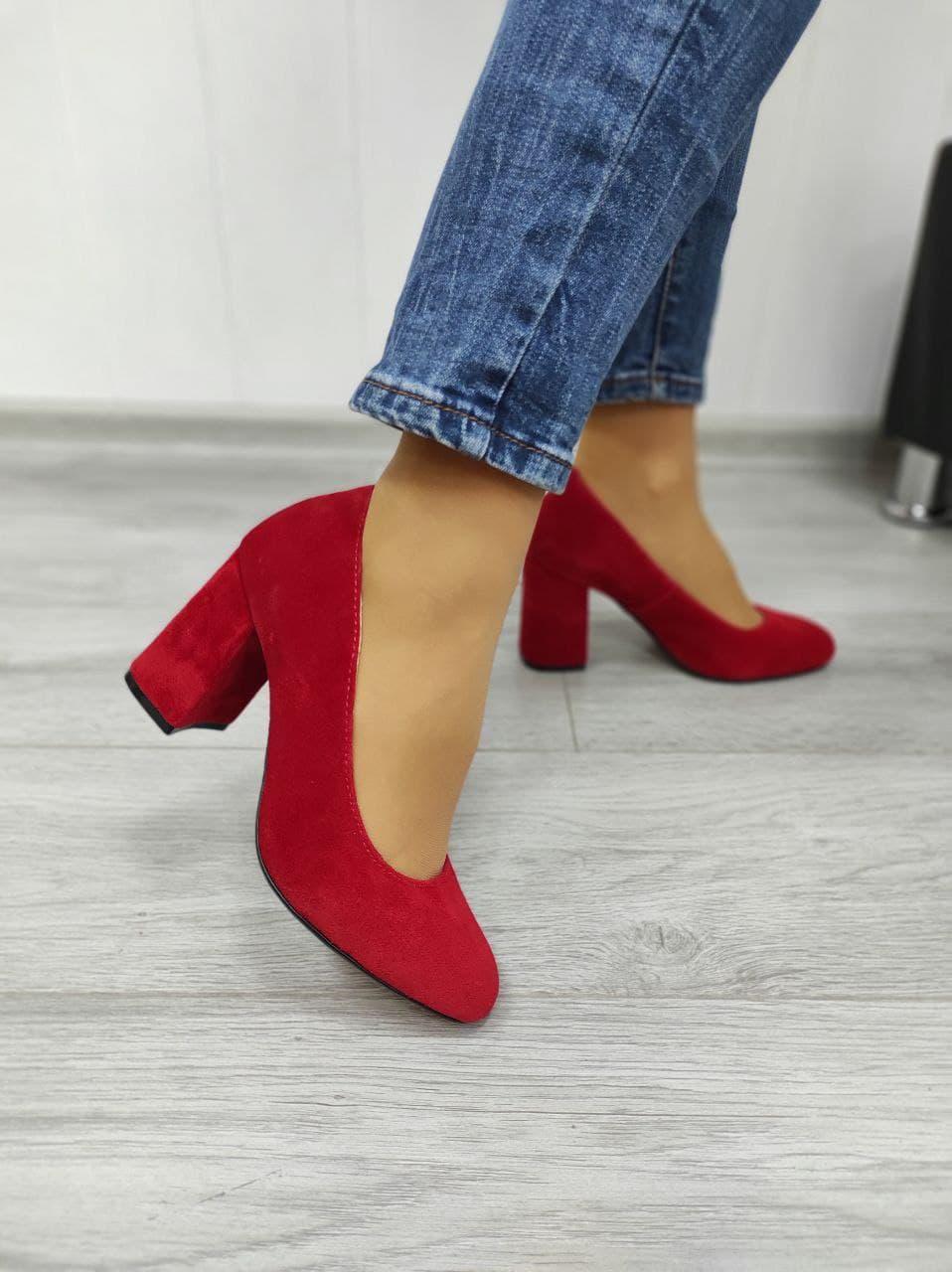 Червоні замшеві туфлі накаблуке