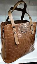 Женская коричневая под крокодила сумка Dior из турецкой эко-кожи с отделами на магните по бокам 28*24 см