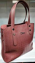 Женская под крокодила сумка Dior из турецкой эко-кожи с отделами на магните по бокам 28*24 см, цвет помадка