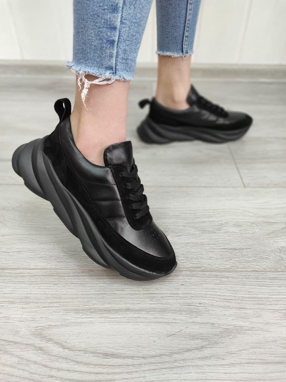 Жіночі кросівки об'єднані чорного кольору