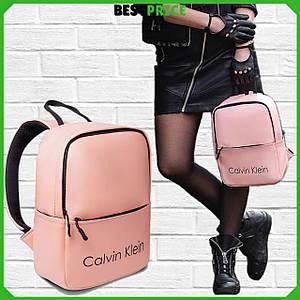 Розовый женский кожаный рюкзак (Эко кожа) СК. Стильный и компактный городской рюкзак. Черный логотип.