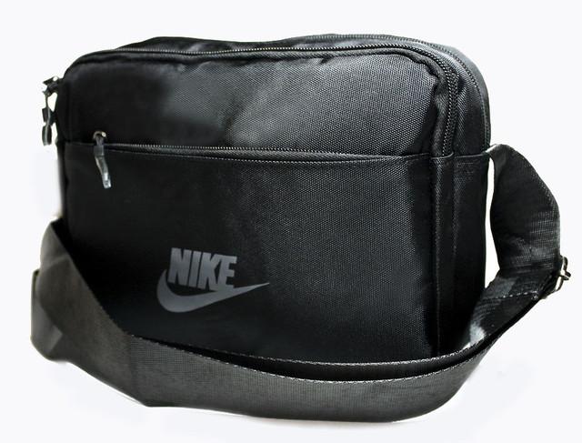 Містка чоловіча сумка через плече на два відділення з регульованим ременем чорного кольору Розмір: 23х17х8