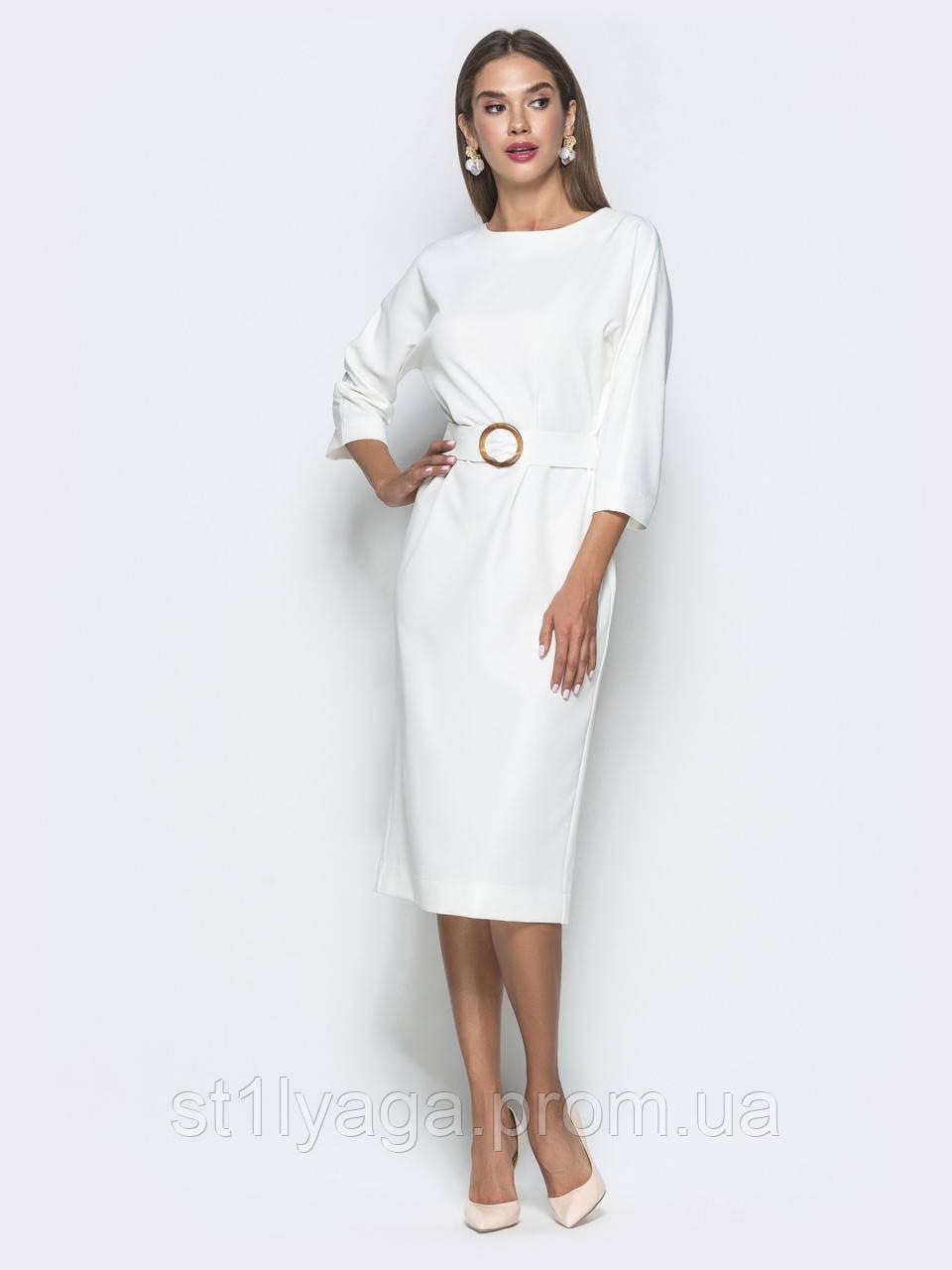 Приталене біле плаття довжиною міді з рукавом три чверті
