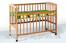 Кроватка с подвижной боковиной, дугами и колесами (Бук)