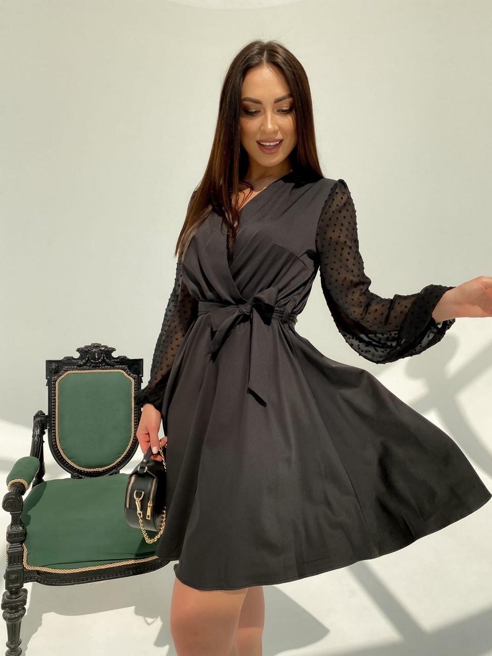 Классическое и легкое платье с имитацией запаха на груди и шифоновым в горошек рукавом