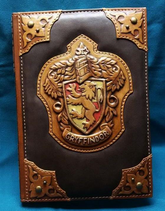 """Ежедневник А5 формата в кожаной обложке c художественным объемным тиснением ручной работы """"Гриффиндор"""""""