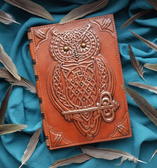 """Щоденник А5 формату в шкіряній обкладинці c художнім об'ємним тисненням ручної роботи """"Магічна сова"""""""