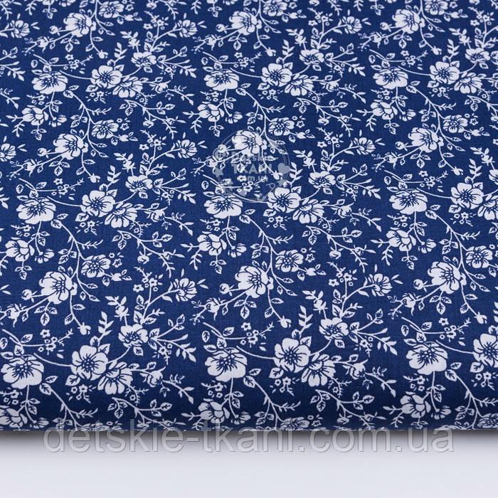 """Лоскут ткани """"Маленькие маки"""" белые на синем фоне, №3057а, размер 32*80 см"""