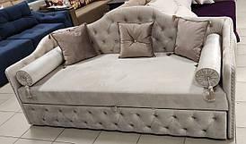 Изящный диван для ежедневного сна с капитоне и камнями Сваровски.