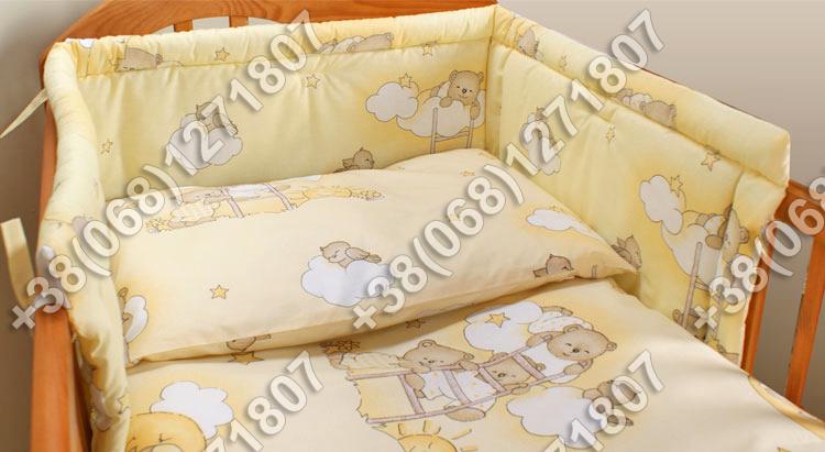 Бортики в детскую кроватку защита бампер Мишки на лесенке бежевые