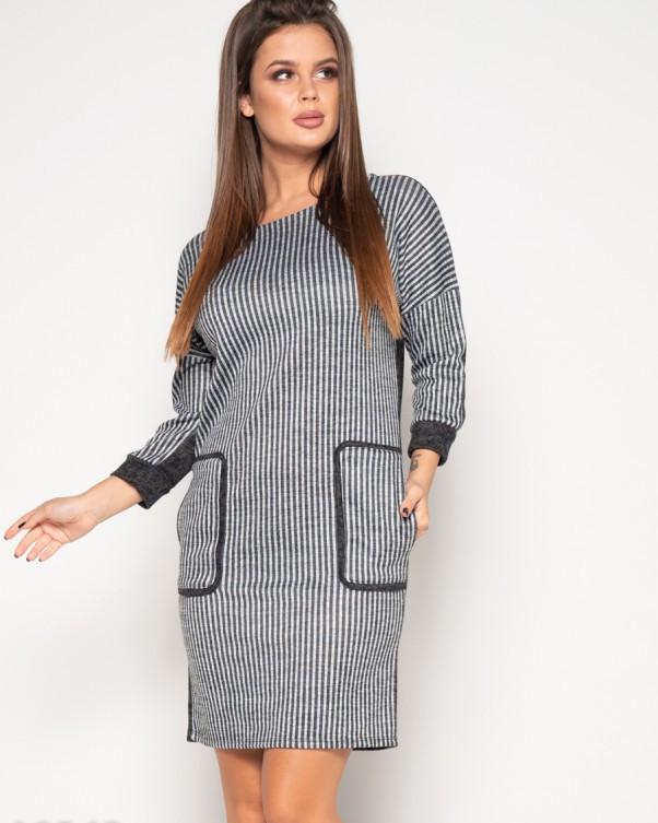 Темно-серое платье с полосатой вставкой спереди