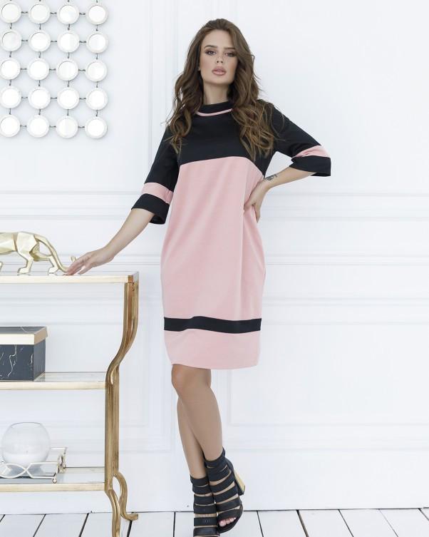 Розовое трикотажное платье с черными вставками
