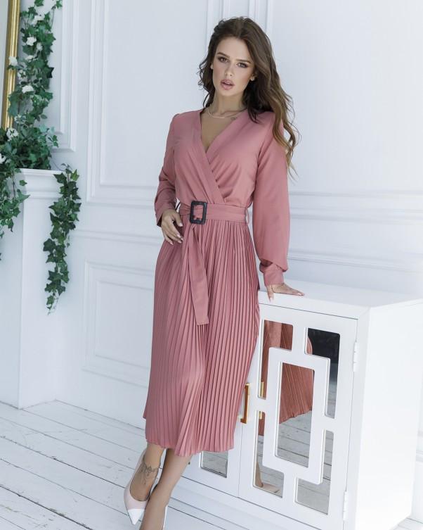 Розовое приталенное платье с плиссировкой