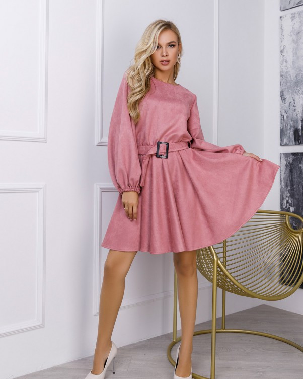 Розовое замшевое приталенное платье