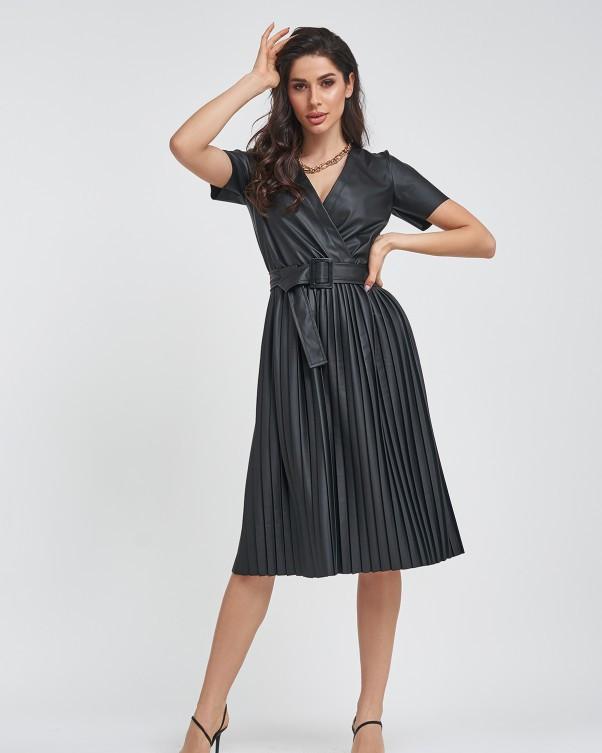Черное кожаное платье с плиссировкой