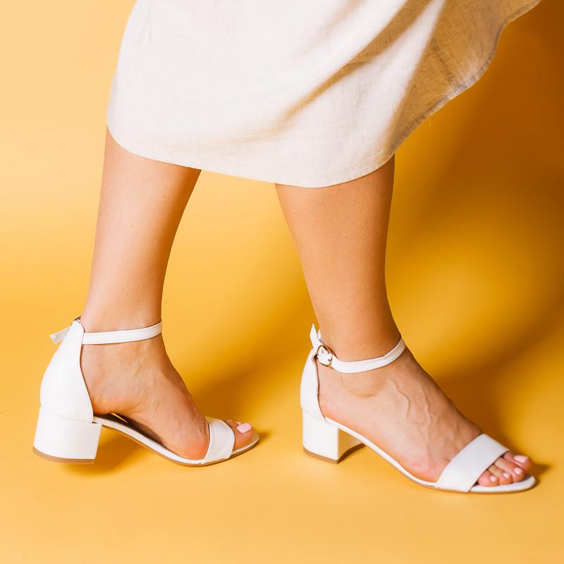 Женские босоножки белые кожаные на небольшом каблуке, с закрытой пяткой. Цвет на выбор. Размер 36-41