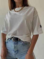 Женская  футболка белого цвета с нашивкой