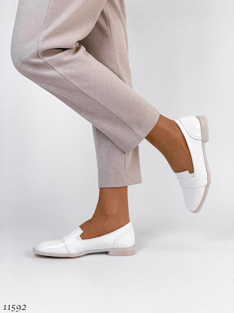 Удобные белые туфли