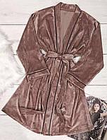 Плюшевый домашний халат модного пудрового цвета.