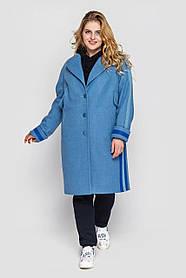Трендовое женское пальто голубое с пуговицами и синими вставками, больших размеров от 52 до 56