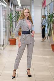 Женский  костюм  из жакета и брюк в серо- розовую клетку 600-41002