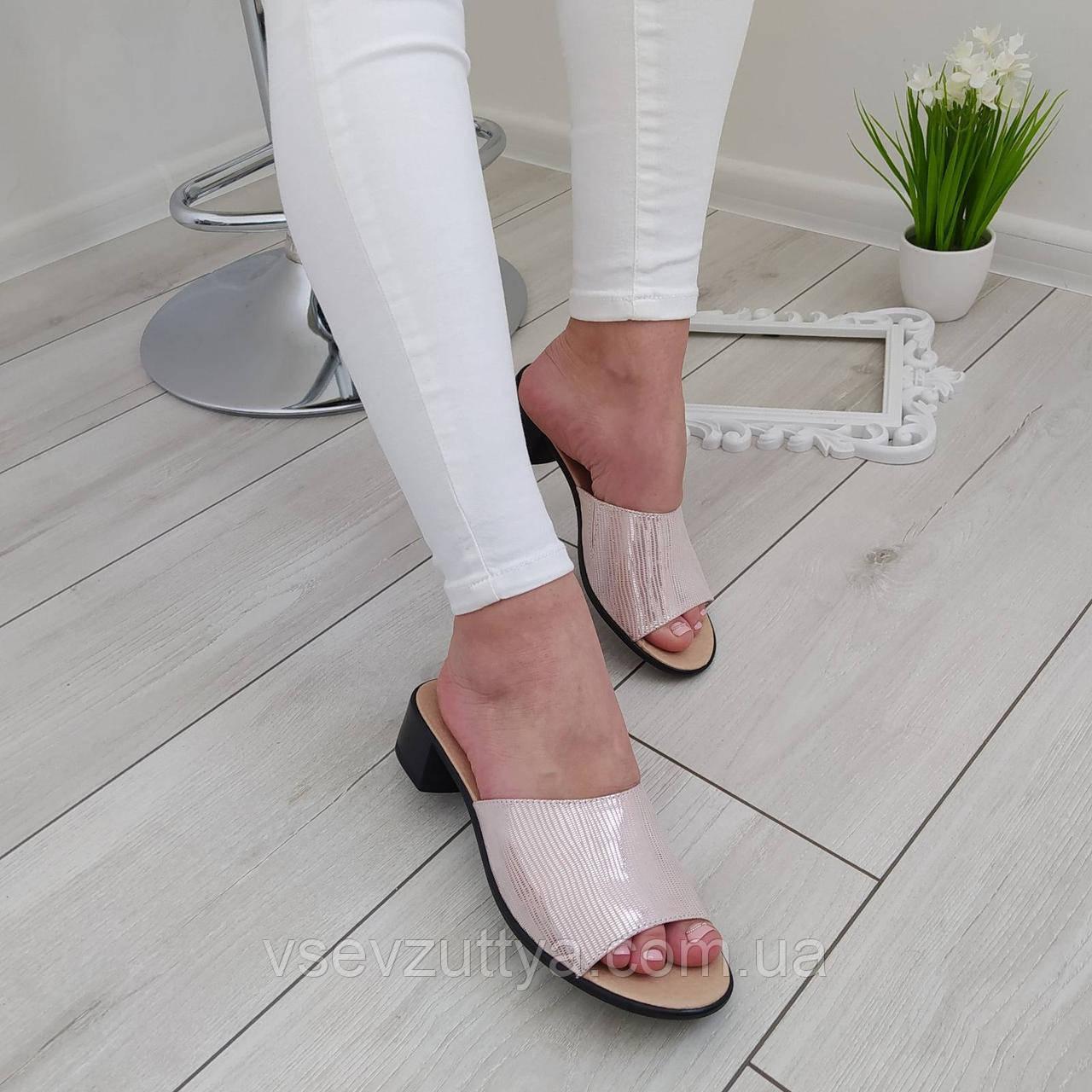 Шльопанці шкіряні жіночі на каблуку пудрові