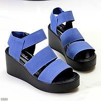 Яркие комфортные синие женские босоножки на резинке на танкетке (обувь женская)