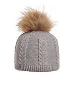 Теплая зимняя красиво связанная шапка, украшенная натуральным меховым бумбоном.