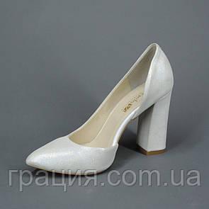 Кожаные элегантные женские туфли на каблуке