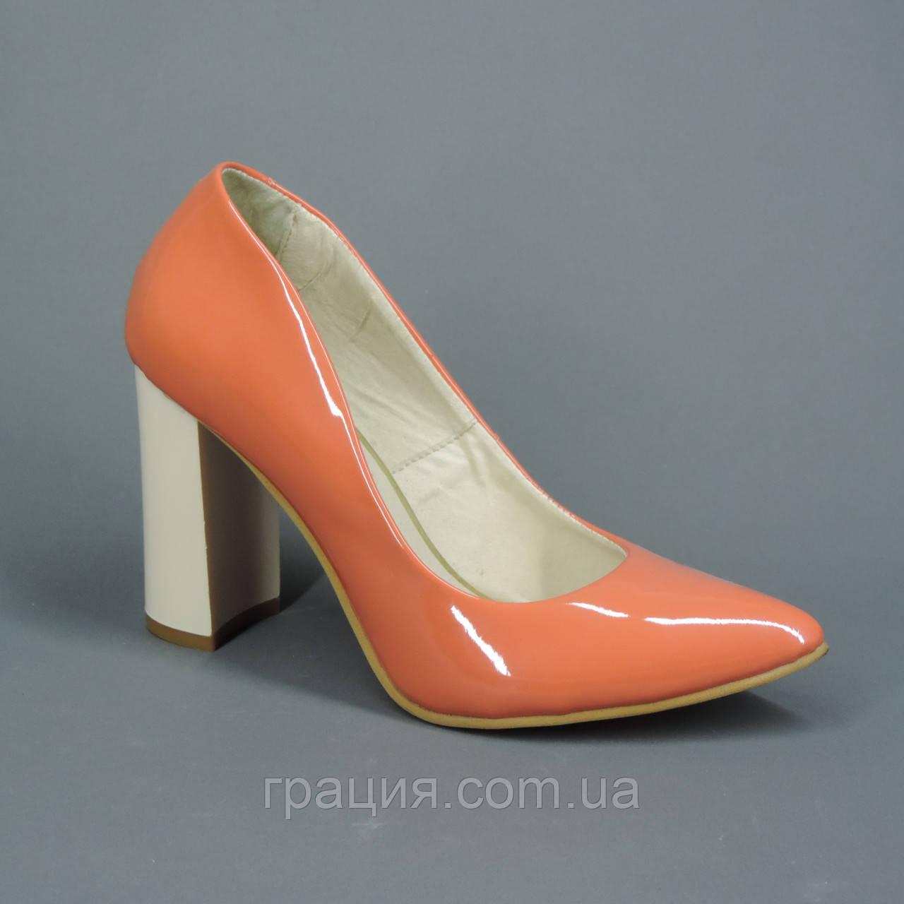 Туфлі жіночі персикові на підборах лакові