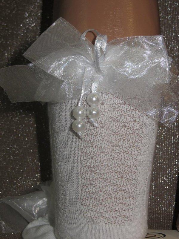 Шкарпетки білого кольору з рельєфним малюнком Bross з атласним бантом і намистинками