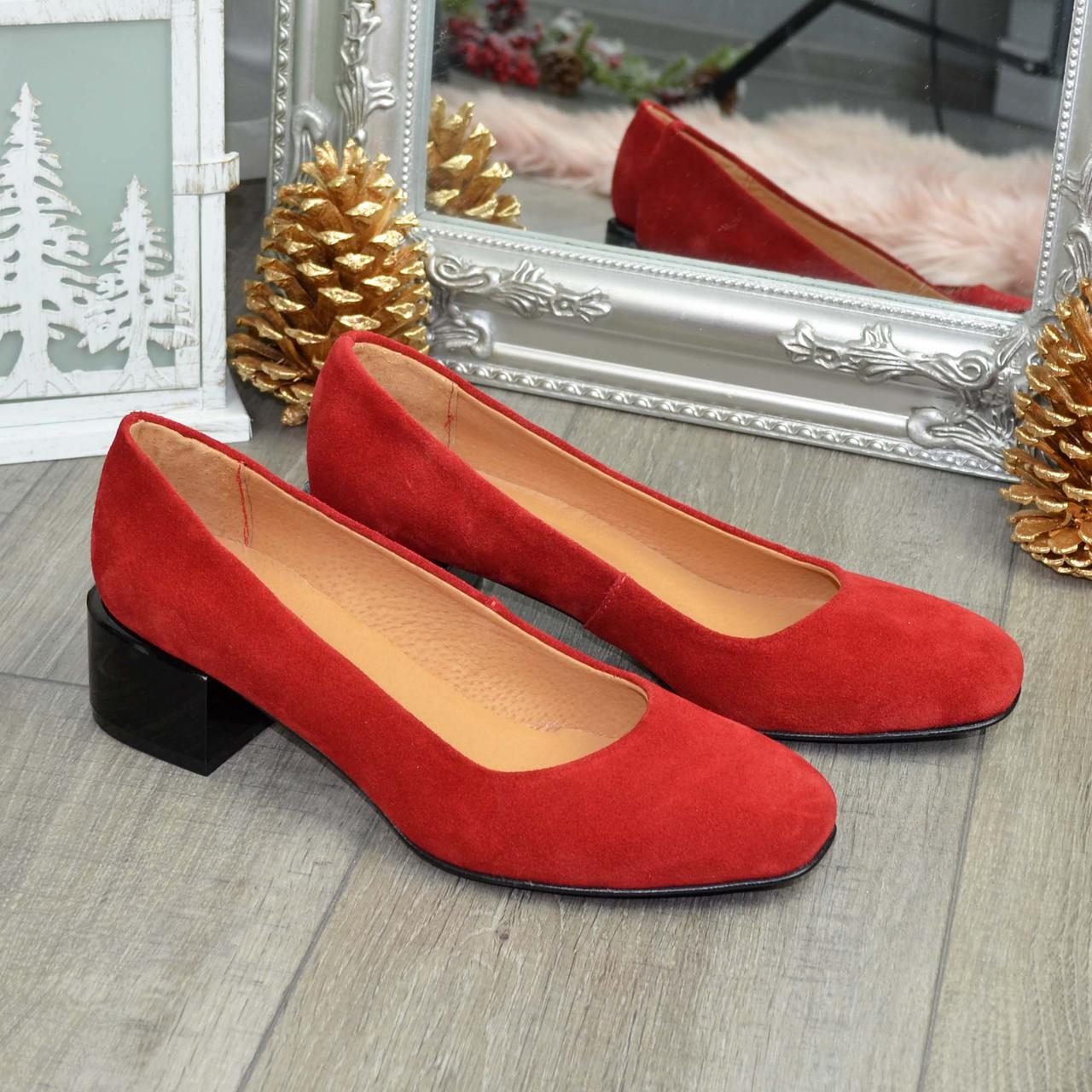 Туфли женские замшевые на невысоком каблуке. Цвет красный