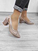 Гостроносі туфлі на підборах бежевого кольору