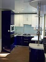 Кухня студия, угловая, белая, синяя, с барной стойкой, фото 1